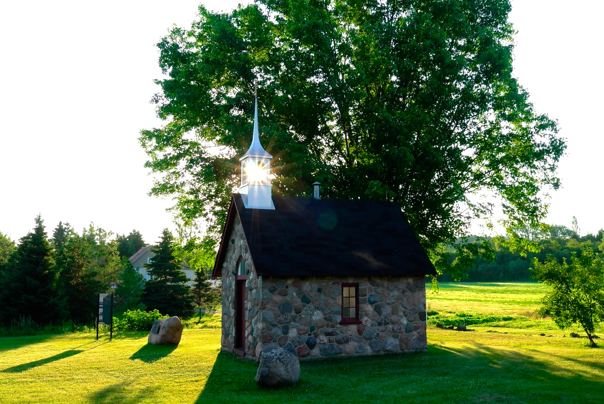 La petite chapelle commémorative, située sur la route 132  Photo: Liette Desjardins
